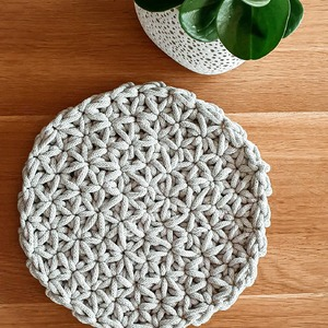 Podobno Jasminki Wam się podobają?! 🤗 Czy to prawda? Robić tutorial?  #crochetaddict #crochetproject #crochetinspiration #question #podkladkinastol #podkładki #cottoncord #handcrafted #handmadedecorations #decorationideas #jasminestitch #jasminestar #sznurekbawełniany #szydelkowanieuzaleznia #montsicrafts #blog