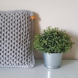 O poduszce marzę w piątkowe popołudnie... 🥱 😴   #sleepy #friday #knitcushion #stylish #cushions #knittedcushion #knittingdesign #knittingaddict #knittedfashion #cushionaddict #handmadedecor #knittersgonnaknit #knittstagram #homedecor #cottoncord #grey #homedesign #homedeco