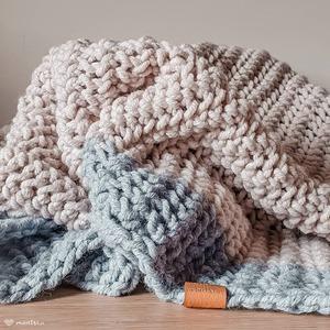 Pled Asmi w wersji dwukolorowej - jasnybeż i błękit.   #pled #robionenadrutach #dekoracjedomu #koc #kocnadrutach #recznierobione #rekodzielo #relaks #recznierobione #włóczka #akryl #nadrutach #montsicrafts #handmade #knittedblanket #knittersgonnaknit #knittstagram #springevening #homedecor #yarnaddict #yarnlove #beige #blue #blanket #handmadegoods #crafts #evening