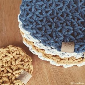 Mała podkładka Jasmi pod kubek dołączyła do kolekcji. Myślę już o dużym formacie. Dywan tym ściegiem też będzie fantastyczny. Stay tuned  #jasmi #jasmine #crochetstitch #crochetproject #crocheting #creative #crochetaddict #szydełkowanie #recznierobione #rekodzielo #cottoncord #tablemats #tabledesign #rabkedecorations #tablecloth #colorful #decorationideas #interior #interiordecor #homegarden #handmadecrafts