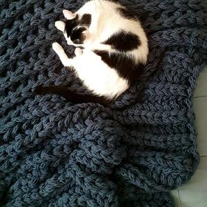 Jeszcze raz koc XXL i Fredziula 🐱 ----  #koc #xxl #jeans #handmade #blanket #knittedblanket #knittingaddict #knittinglove #homedecor #bedroom #bedroomdecor #homedecor #decorationideas #catsandcrafts #catsblackandwhite #cataproved #catlover #sleepingcat ##chunkyblanket #bulkyyarn #bigblanket #montsicrafts #freddiethecat #goodnight